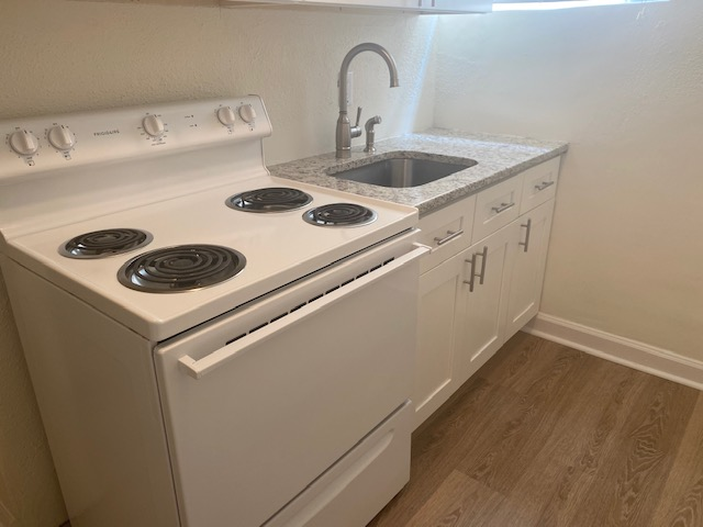 Renovated 1 Bedroom - kitchen stove